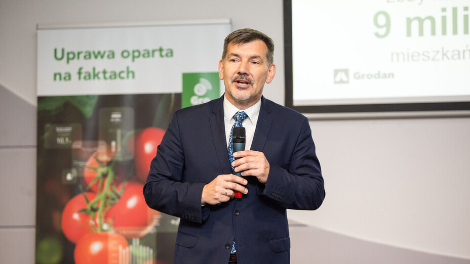 e-Gro launch and 50th Anniv PL, man, presenting, tomato, microfone, grodan